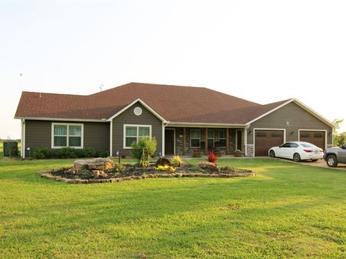 Large Home With Shop And Barn : Honey Grove : Fannin County : Texas